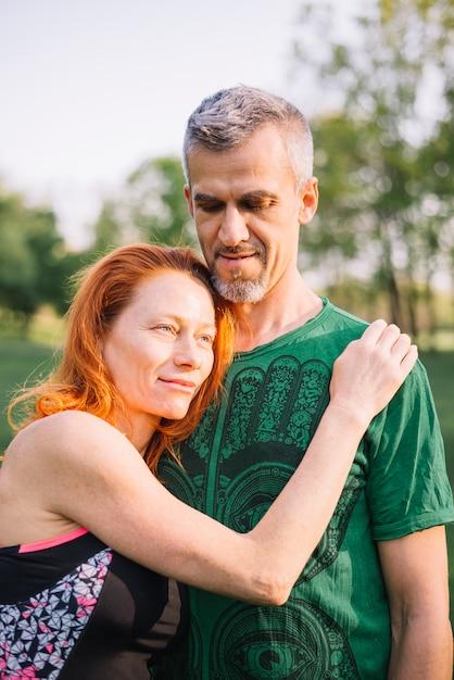 Portret van het houden van van paar in park Gratis Foto