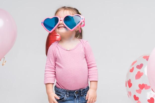 Portret van het kleine meisje stellen Gratis Foto