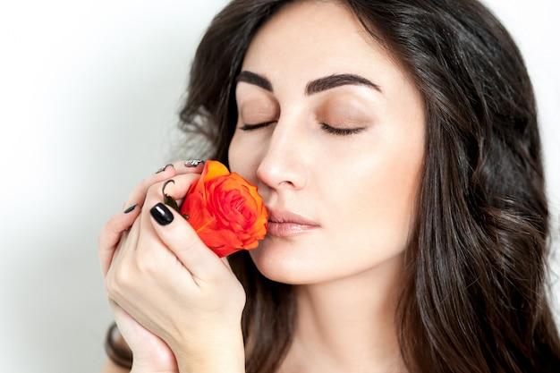 Portret van het lachende roodharige meisje met oranje rozen Premium Foto