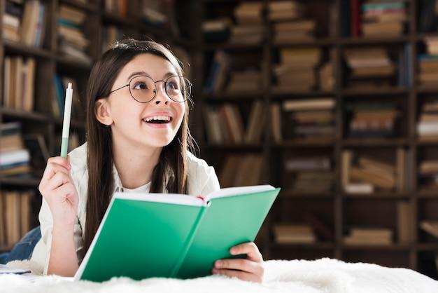 Portret van het leuke jonge meisje glimlachen Gratis Foto