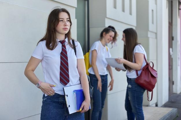 Portret van het meisje van de middelbare schoolstudent. Premium Foto