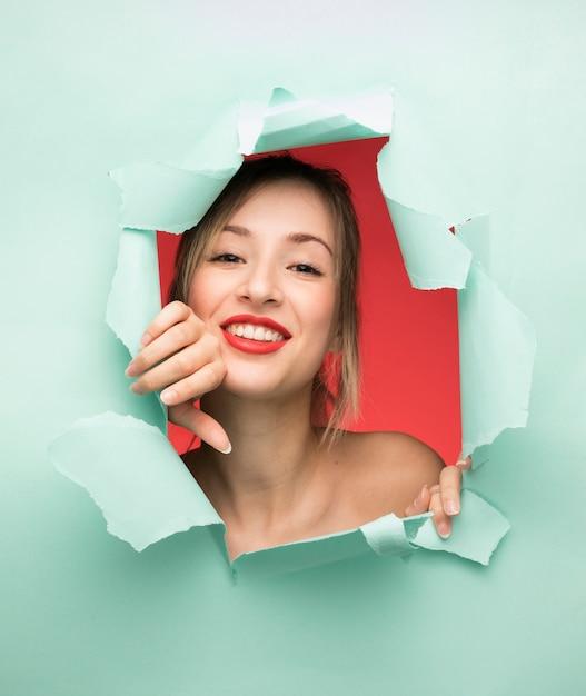 Portret van het mooie vrouw glimlachen Gratis Foto