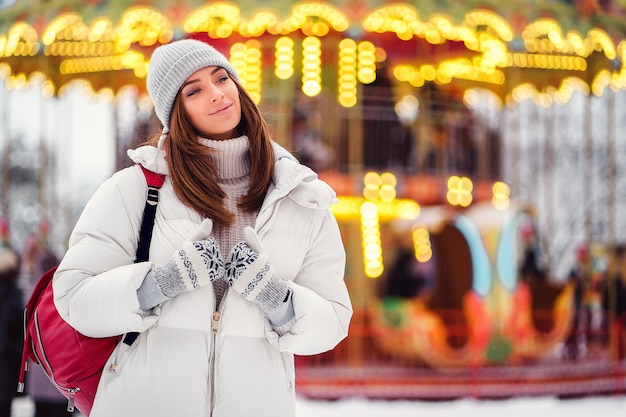 Portret van het overweldigende meisje lopen op de vakantiestad Premium Foto