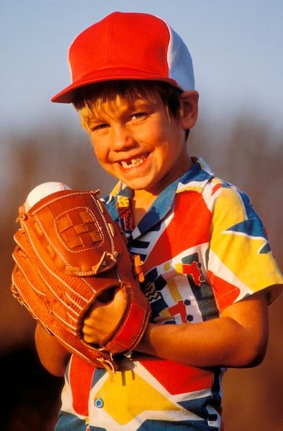 Portret van jong jongens speelhonkbal Premium Foto
