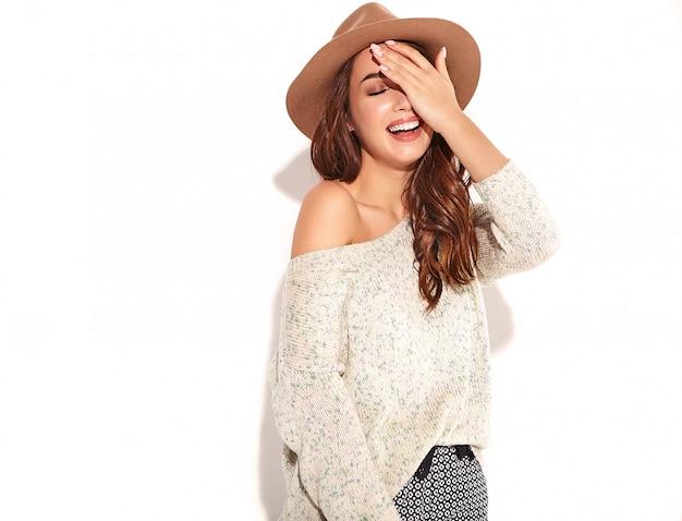 Portret van jong modieus meisjesmodel in toevallige de zomerkleren in bruine hoed met natuurlijke geïsoleerde make-up. Gratis Foto