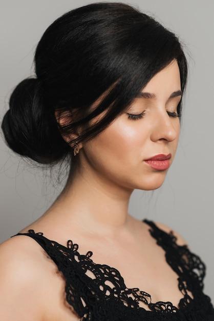 Portret van jong mooi donkerbruin meisje van kaukasisch uiterlijk Premium Foto