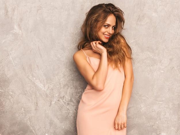 Portret van jong mooi glimlachend meisje in trendy de zomer lichtrose kleding. het sexy onbezorgde vrouw stellen. positief model met plezier Gratis Foto