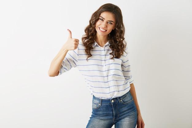 Portret van jonge aantrekkelijke vrouw gekleed in casual outfit shirt en spijkerbroek met positief gebaar, glimlachen, gelukkig, hipster stijl, geïsoleerd, gekruld, duim omhoog, slank, mooi, Gratis Foto