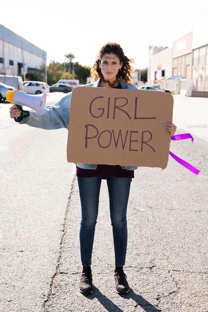 Portret van jonge activist protesteren Gratis Foto