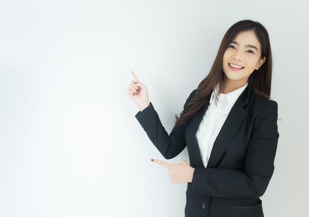 Portret van jonge aziatische bedrijfsvrouw die over witte achtergrond benadrukken. Premium Foto