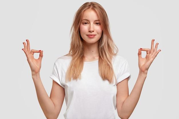 Portret van jonge blonde vrouw in wit t-shirt Gratis Foto