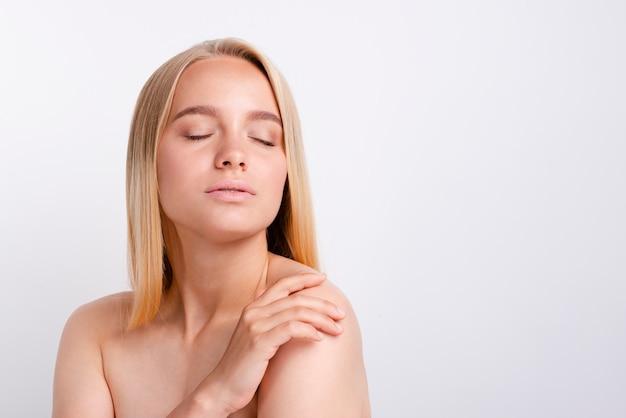 Portret van jonge ernstige vrouw met duidelijke huid Gratis Foto