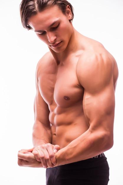 Portret van jonge knappe atletische man met perfecte abs uitkleden Gratis Foto