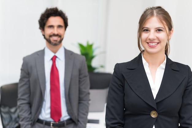 Portret van jonge mensen uit het bedrijfsleven in hun kantoor Premium Foto