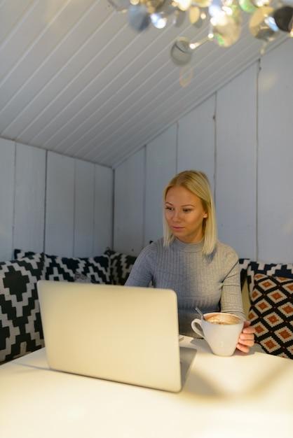 Portret van jonge mooie blonde scandinavische vrouw thuis ontspannen Premium Foto