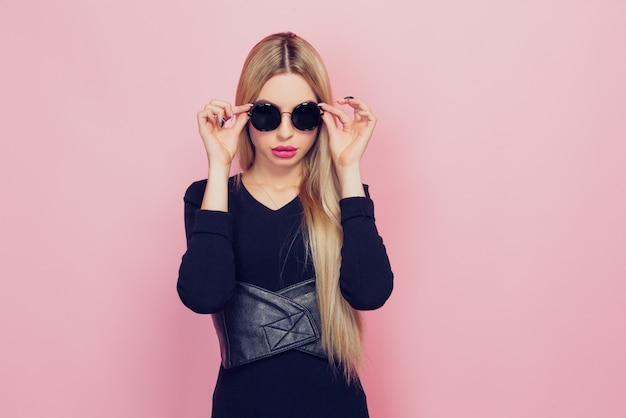 Portret van jonge mooie slanke sexy jonge blondevrouw in blac Premium Foto