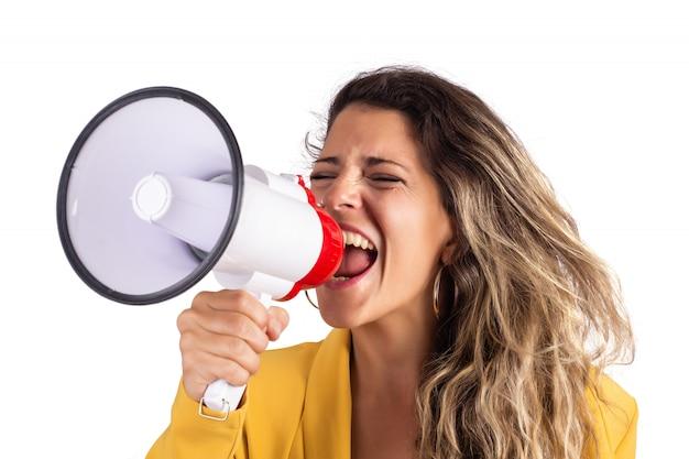 Portret van jonge mooie vrouw die op een megafoon gilt die op wit wordt geïsoleerd Gratis Foto