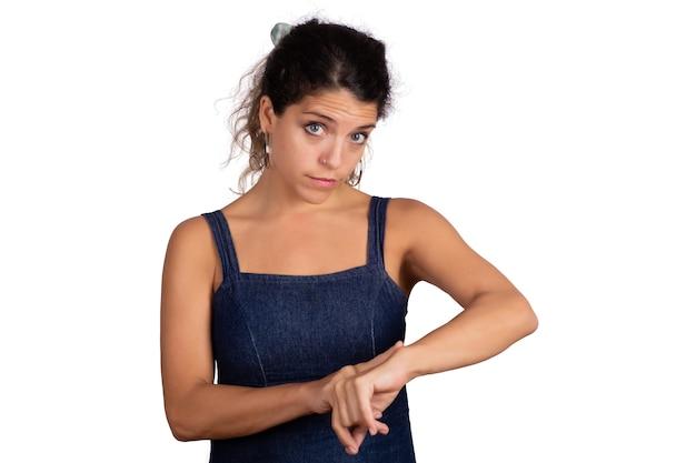 Portret van jonge mooie vrouw wijzende vinger op pols Gratis Foto