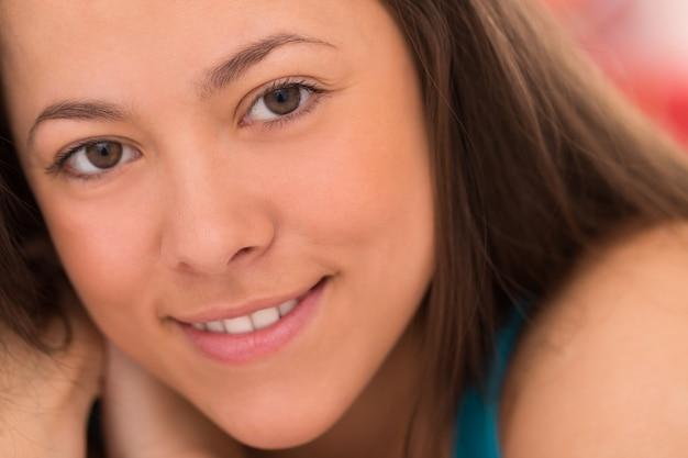 Portret van jonge mooie vrouw Gratis Foto