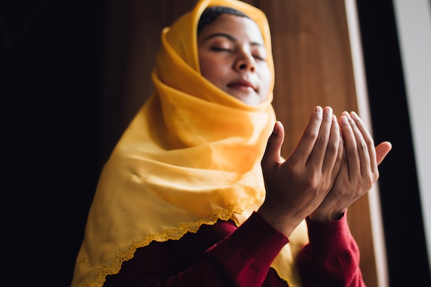 Portret van jonge moslimvrouw bidden Premium Foto