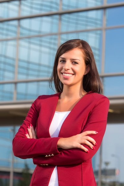 Portret van jonge onderneemster voor bureaubilding Premium Foto