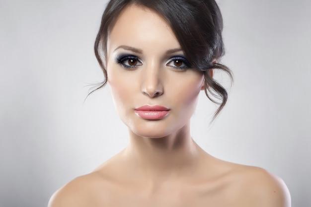 Portret van jonge vrouwelijke schoonheid met lang donker haar Gratis Foto