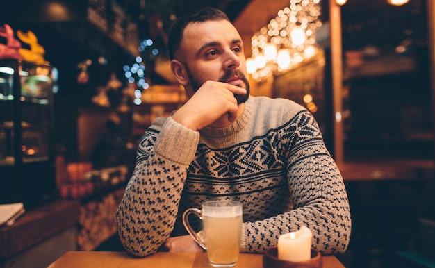 Portret van knappe jongen met een drankje Premium Foto