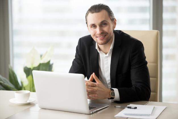 Portret van knappe lachende zakenman Gratis Foto