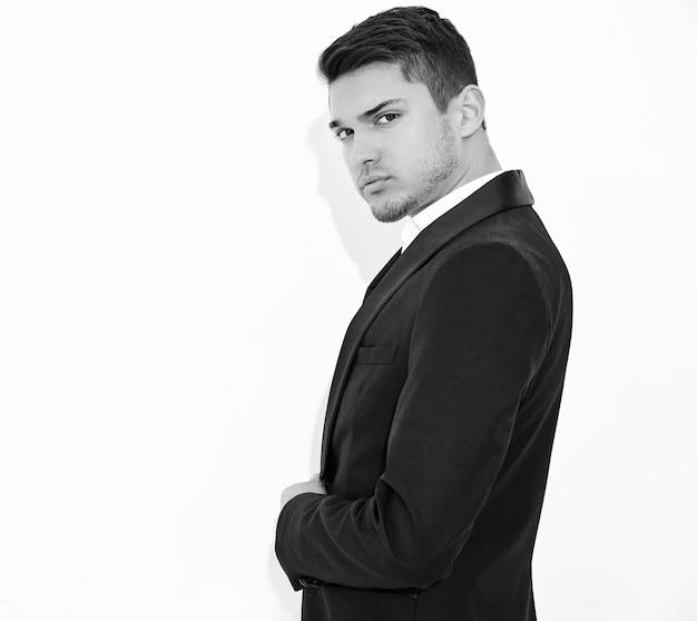 Portret van knappe mode stijlvolle zakenman model gekleed in elegante zwarte klassieke pak poseren. metrosexual Gratis Foto