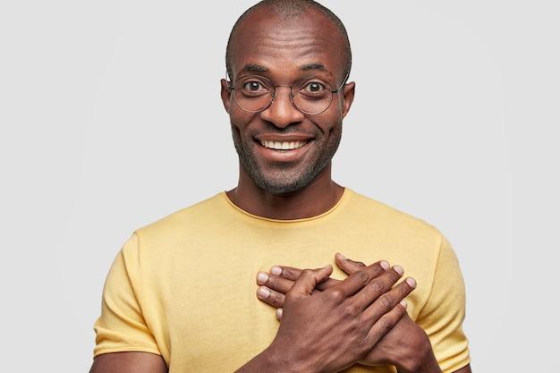 Portret van knappe vrolijke man heeft een brede glimlach Gratis Foto