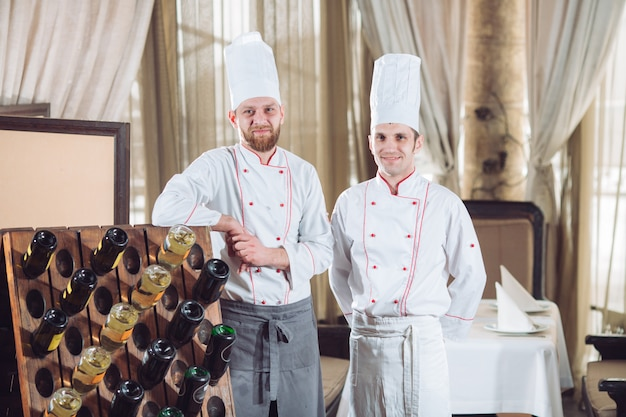 Portret van koks in een restaurant. Premium Foto