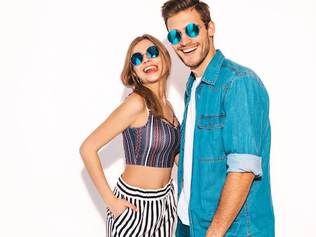 Portret van lachende mooi meisje en haar knappe vriendje lachen. gelukkig vrolijk paar in zonnebril. Gratis Foto