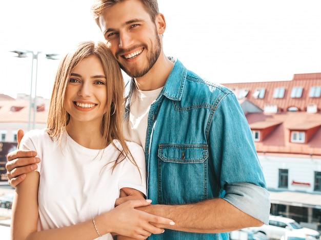 Portret van lachende mooi meisje en haar knappe vriendje. vrouw in casual zomer jeans kleding. Gratis Foto