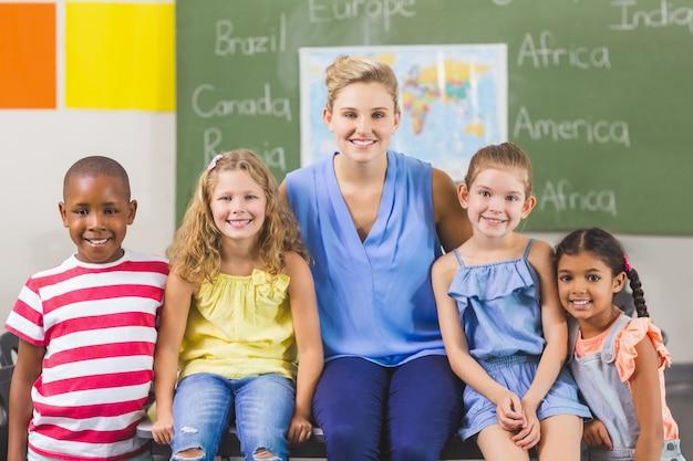Portret van leraar en kinderen in de klas Premium Foto