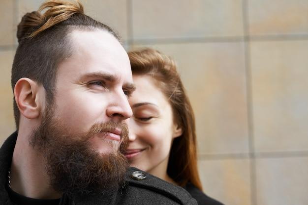 Portret van liefhebbers in stad close-up Gratis Foto