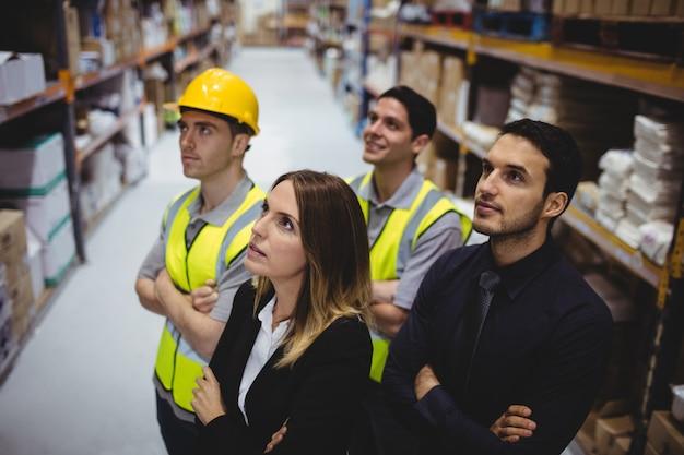 Portret van magazijnbeheerder en werknemers in magazijn Premium Foto