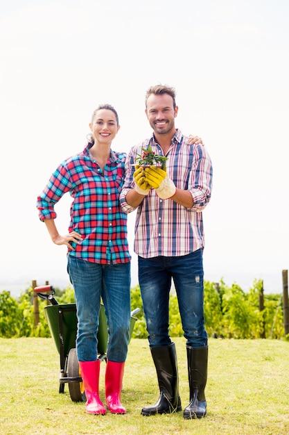 Portret van man met vrouw die ingemaakte installatie houdt Premium Foto