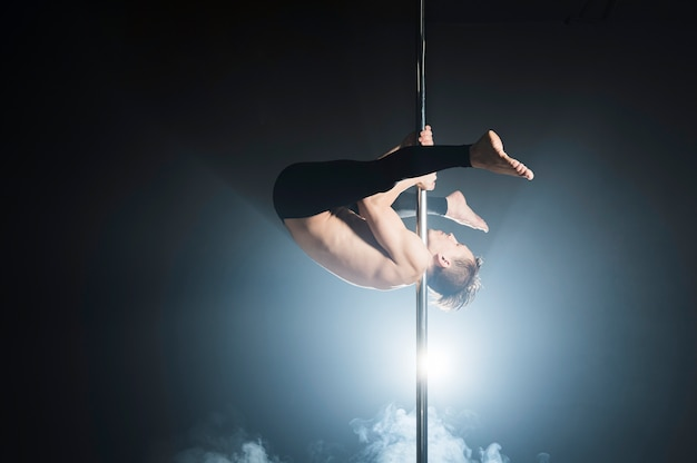 Portret van mannelijk model dat een pooldans doet Gratis Foto