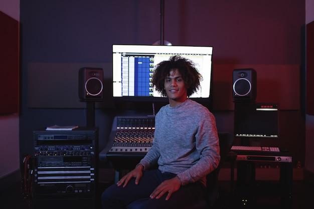Portret van mannelijke audio-ingenieur Gratis Foto