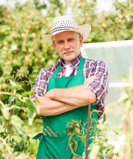 Portret van mannelijke boer op veld Gratis Foto