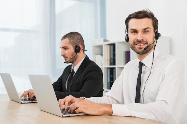Portret van mannelijke call centreagent Gratis Foto