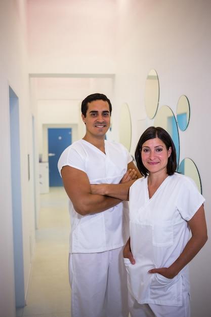 Portret van mannelijke en vrouwelijke tandarts glimlachen Gratis Foto