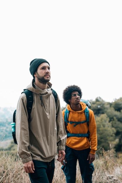 Portret van mannelijke multi etnische vrienden die in het bos wandelen Gratis Foto