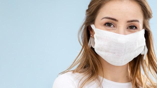 Portret van meisje in beschermend masker Gratis Foto