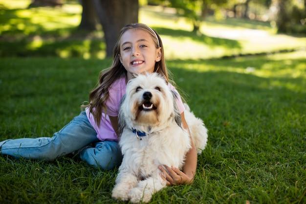 Portret van meisje met hond in park Premium Foto