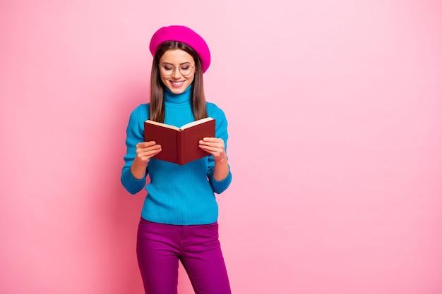 Portret van meisjesachtig positief meisje hebben vrije tijd, herfstweekends, leerboek lezen, genieten van poëzie, mooie kleding dragen. Premium Foto