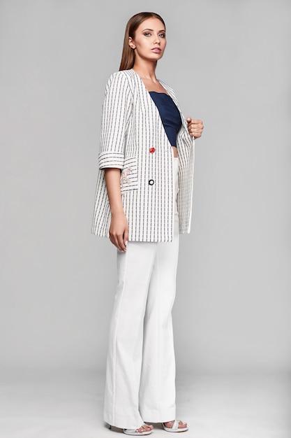 Portret van mode stijlvolle swag jonge vrouw in jas Premium Foto