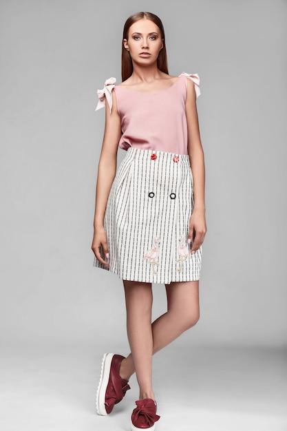 Portret van mode stijlvolle swag jonge vrouw in rok Premium Foto