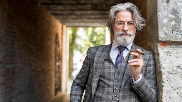 Portret van moderne man cubaanse sigaar roken Gratis Foto