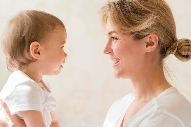 Portret van moeder en baby kijken naar elkaar Premium Foto